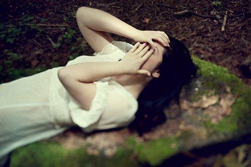 治愈系图片:用双手遮住双眼,遮盖眼前的一切,掩饰心里的悲伤