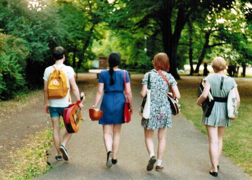 友情的句子:别人都走开的时候,朋友仍与你在一起