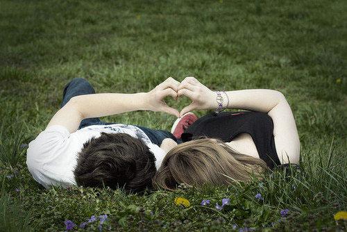 爱情语句:我们在放弃,涂白了记忆,以为就可以伪装无邪的美丽