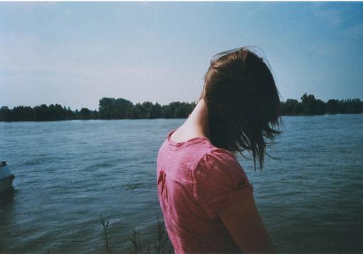 伤感语录:爱情在继续,前方是天堂,身后是坟墓,悲痛是昨天,希望是明天