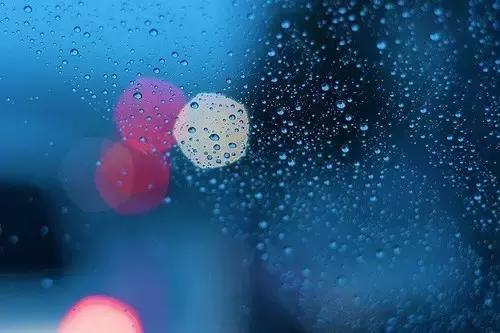 下雨天的日子里,总在挂念一个人