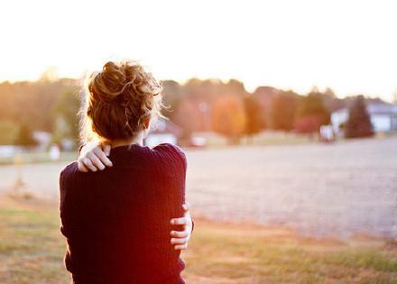 早安心语:当生活伤害我们的时候,试着用过去的美好回忆来原谅,不抱怨才能更快乐