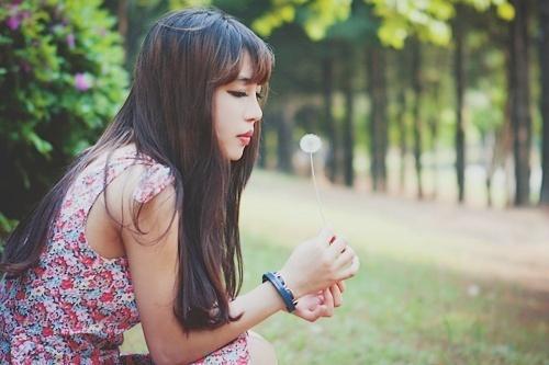 爱一个人却又不可言表,每时每刻、每分每秒,都是煎熬。只有见到她,才会颜笑(爱情语录句子)
