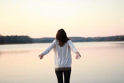 想得太仔细,才有坏情绪。有时候人不能活得太明白,心里知道就好