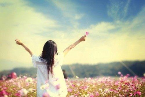 人生就是这样:和阳光的人在一起,心里就不会晦暗;和快乐的人在一起,嘴角就常带微笑